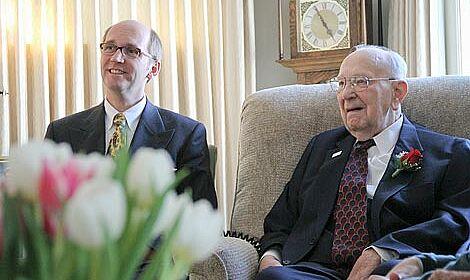 Bernd Meerpohl congratulates Big Dutchman founder Jack DeWitt on his 100th birthday.