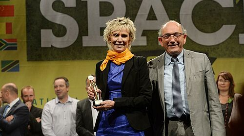 Marianne Seveno-Peeters with the innovation award for the pig production category